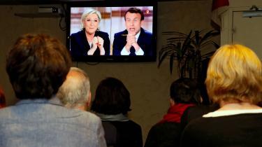 Franske vælgere ser debat på en bar i Biarritz i Sydfrankrig.