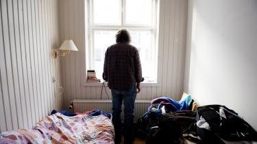 'Den danske ulighedsdebat har udviklet sig i en skinger retning, hvor der står nogen i hvert sit hjørne og råber. Den ene side mener, at uligheden buldrer derudaf, og at jorden går under i morgen, og den anden side mener, at det overhovedet ikke giver mening at tale om ulighed i Danmark. Dybest set er der ingen af dem, der har ret,« siger Niels Ploug, afdelingsdirektør i Danmarks Statistik og hovedforfatter til bogen Økonomisk ulighed i Danmark.