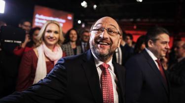 Martin Schulz forsøger både at sælge sig selv som statsmand og som anti-establishment. Han betoner gerne, at han droppede ud af gymnasiet og som faglært boghandler hverken er akademiker eller flasket op i det tyske politiske system.