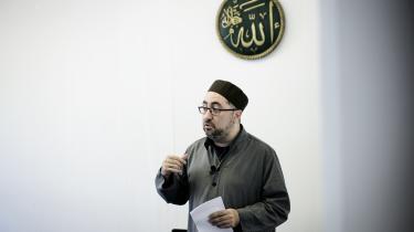 Fatih Alev har selv beskrevet, hvordan han oplevede konfrontationer mellem sin tro og den danske kultur under hans opvækst i Ishøj, hvor han er født.