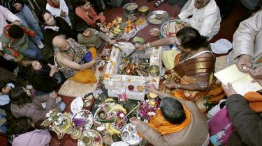 Berlins første hindutempel blev bygget i en baggård til en indisk restaurant i 1992, men siden er fulgt et rigtigt tempel – Europas tredjestørste – i Hasenheide-parken i Neukölnn. Her lægger hindupræster den første sten til templet i 2007.