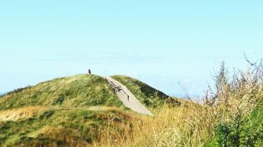 Det ligner en bakke, men er i virkeligheden en menneskeskabt gravhøj fra bronzealderen, der fortæller om menneskets tusindårige historie her midt i Mols Bjerge. Der er over 30 høje og flere af dem rager mere end 100 meter op over havets overflade.