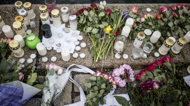 Der blev langt blomster langs kanalen vedved Langebro, efter en vandscooter sejlede ind i en udlejningsbåd og dræbte to amerikanske studerende.