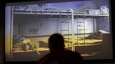 Med en ny dansk dokumentar om kinesiske børn, hvis mor eller far sidder bag tremmer, ønsker instruktøren at skabe debat om børn af indsatte herhjemme. Information er taget i Horserød Fængsel for at se filmen sammen med de indsatte fædre. Forholdene kan slet ikke sammenlignes, men følelserne af skam, savn og tillidstab er de samme, mener de