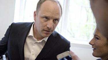 Knud Brix er politisk reporter på Christiansborg og forfatter. Han er aktuel med digtsamlingen 'Natfolden'