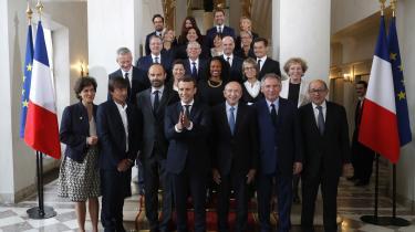 Klapper Macron – eller gnider han sig i hænderne? Meget er i hvert fald lykkedes for den nye franske præsident med dannelsen af den ny regering.