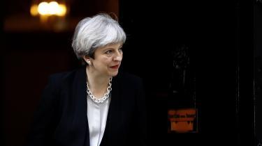 Ideologisk set lægger Theresa Mays konservative manifest sig i slipstrømmen af tidsånden med forsøget på at tale til »globaliseringens tabere« og løftet om at begrænse den årlige indvandring. Med andre ord har May rykket de konservative til venstre på økonomien og til højre på værdipolitikken.