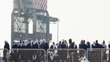 Etablering af EU-modtagecentre i Italien og Grækenland skulle gøre sagsbehandlingen mere effektiv og sikre, at de svageste grupper får den beskyttelse, de behøver og har krav på. Men menneskerettighedsorganisationer som Amnesty International mener ikke, systemet virker efter hensigten. Her nytilkomne flygtninge på havnen i Taranto.