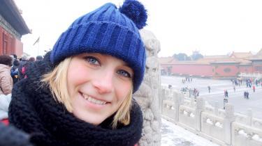 Anja Holdt var klassens sjove pige, der gjorde indtryk, lige meget hvor hun kom, og som kunne fjolle og smile sig ud af de fleste situationer