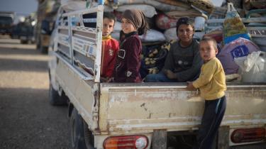 Civile flygter i tusindvis fra Raqqa og området omkring Islamisk Stats højborg, i takt med at kampene kommer tættere på.