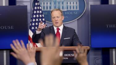 Det er præsidentens administration, der bestemmer, hvem der har adgang til presserummet, og hvem der får lov til at stille spørgsmål. Allerede fra den første briefing skabte Trumps pressesekretær Sean Spicer ravage, da han afviste at lade journalisterne spørge.