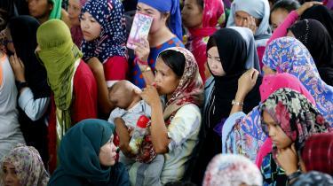 Et sammenstød den 23. maj mellem den filippinske regeringshær og de islamistiske Maute- og Abu Sayyaf-grupper udviklede sig i løbet af få timer til regulære krigsscener. Det har sendt hundrede tusinde civile på flugt.