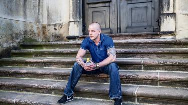 David Jensen er 29 år og afsoner en dom på syv år for narkotikasmugling. Der står 'Fight' tatoveret på hans venstre kind. Han har sunget med Fangekoret i halvandet år og er ikke i tvivl om, at det hjælper ham.