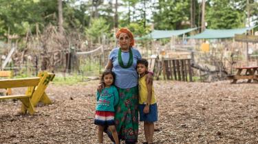 En flygtningekvinde og hendes børn i organisationen Friends of the Refugees' have i Clarkston.