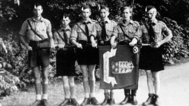 'Bloddrengene' var radikaliserede purunge danske unge, hellige krigere, i nazismens tjeneste under den tyske besættelse. Historikeren Mikkel Kirkebæk har nu skrevet om dem, og radikaliseringens grundtræk er til stede i deres historie: rekrutteringen, trangen til at komme i kamp, varmen i fællesskabet, offerrollen: 'bloddrengene' var martyrer