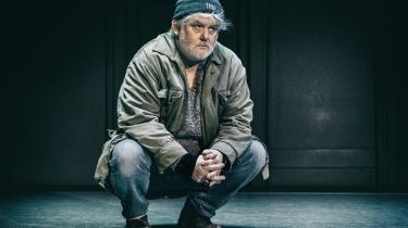 Jesper Hyldegaards fisker i 'Lampedusa' på Husets Teater fortæller så stille og fortroligt om at bjærge druknede flygtningebørn, at det gør ondt.