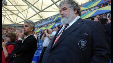 Korruptionskandalen i FIFA oprulles i en ny dokumentarfilm, hvis hovedfortæller - ekskæresten til en af de korruptionsdømte - ender med at stå for den mest foruroligende histore