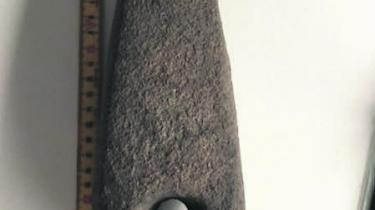 Med sådan en huløkse skulle man jo tro, at hullet var lavet med et diamantbor, men det er lavet med en pilegren, noget sand og noget vand. Det var den måde, man har boret hullet i stenen dengang. Det er jo fuldstændig fantastisk