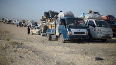 Civile flygter fra Raqqa, som kampene mellem Islamisk Stat og kurdiske styrker tager til.