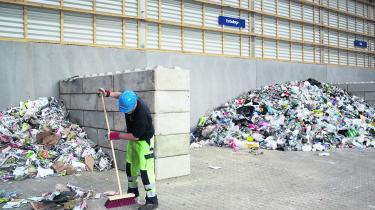Danskerne bliver bedre og bedre til at sortere affald til genanvendelse. Den samlede genanvendelse af husholdningsaffaldet er steget fra 40 pct. i 2013 til 46 pct. i 2015.  På billedet ses en genbrugsstation i Horsens, hvor affald bliver sorteret.