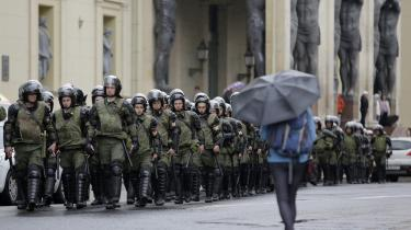 Over hele Rusland var der på landets nationaldag folk på gaden, som råbte deres håb mod fremmødte betjente. I Sankt Petersborg deltog Madame Nielsen og beretter her om sin oplevelse.