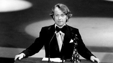 I Los Angeles 28. marts 1977 er John G. Avildsen på scenen for at modtage en Oscar for bedste instruktør for 'Rocky'.