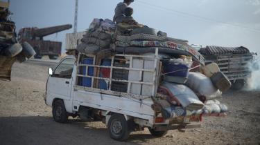 Beboere i Raqqa flygter fra de daglige artilleri- og luftangreb mod byen.