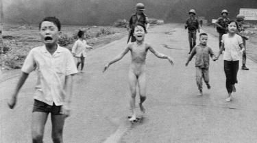 Det ikoniske billede af 9-årige Kim Phuc, der flygter efter et napalmangreb, blev et af de stærkeste symboler på det, mange i Vesten betragtede som USA's brutale og imperalistiske krig i Vietnam. Andre betragtede krigen som nødvendig for at stoppe kommunismen udbredelse i Asien.