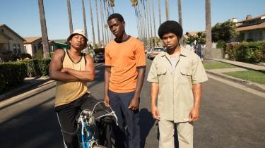 Franklin, i midten, sammen med to af sine homies i John Singleton og Eric Amadios seværdige dramaserie om Los Angeles i 1983, 'Snowfall'. Foto: HBO