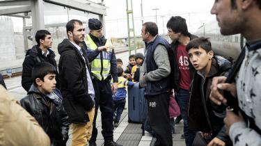 Den svenske statsminister, Stefan Löfven, havde tidligere sagt, at der ikke var nogen øvre grænse for, hvor mange flygtninge Sverige kunne modtage. I november 2015 indførte landet alligevel grænsekontrol, og de svenske socialdemokrater erkendte, at de havde haft en naiv tilgang til flygtninge. Og med tiden vil partiets retorik på området komme til at mindre mere om deres danske søsterpartis, mener Tino Sanandaji.