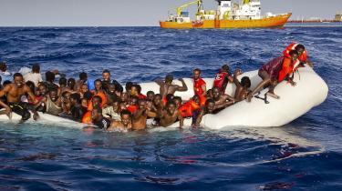 Chefen for EU's grænseagentur Frontex sagde for nylig, at nødhjælpsorganisationers tilstedeværelse ved den libyske kyst får menneskesmuglere til at sende flygtninge og migranter afsted i dårligere både med færre forsyninger i forventning om, at organisationerne redder dem.