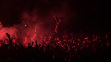 Onsdag nat er der ikke afgørende forskel på den tranceskabende natur i musikken hos marokkanerne på Pavilion-scenen og hos franskmændene på Orange Scene.