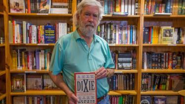 I 1969 flyttede en ung hvid journalist fra Mississippi Delta til nordstaterne i frustration over hvides racisme. Men det gik snart op for ham, at racismen dér var mindst lige så slem. Den nu 77-årige Curtis Wilkie fortæller, hvorfor han årtier senere flyttede tilbage til Syden – en region, hvor sydstatsdemokrater stadig regerer, dog gennem Det Republikanske Parti