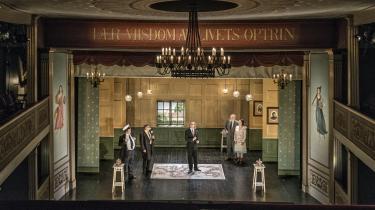 Den bornholmske Erasmus Montanus taler ikke bornholmsk mere – og allerhelst kun latin – mens han stiller sig ind på verdenskortet for at disputere i Bornholms Teaters morsomme og lokalpatriotiske opsætning af Holberg.