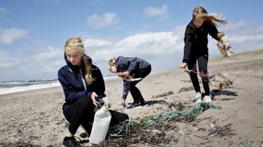 Red Æ Haw i Thy. To folkeskolelærere, Hanne Nordentoft og Didde Krab Johannesen, har startet et anti- plastikprojekt, hvor de sammen med skolens elever og forældre syer muleposer, som kan købes hos de lokale købmænd i Thy. Formålet er at få bugt med den overflødige plastik, som blandt andet havner på stranden i Agger.