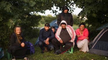 Det er en myte, at romaerne foretrækker at flakke rodløst rundt og leve af gademusik og tiggeri. Århundreders fordrivelse og forfølgelse har sat sig i kulturen som en permanent tilstand af rodløshed og rastløshed. På billedet ses romaer, som har slået sig ned i Ryparken i København