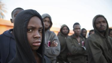 Immigranter i et center i udkanten af Tripoli, Libyen, efter at være blevet reddet af den libyske kystvagt. Kystvagten støttes af EU, men kritiseres af Amnesty International for langt fra at agere humant. Foto: Mohamed Ben Khalifa/AP