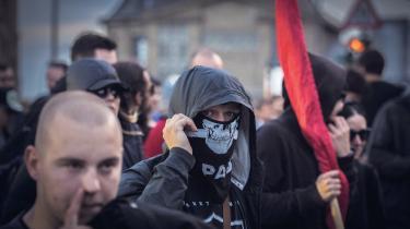 Fredag havde mange demonstranter fokus på at blokere infrastrukturen i den indre del af Hamborg, som politiet lukkede ned og markerede som blå zone. Men det store slag skulle stå i den røde zone, tættest på magten, hvor sikkerheden er størst