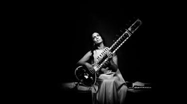 Ved Copenhagen Jazz Festivals åbningskoncert forsøgte Anoushka Shankar at komme med et musikalsk svar på flygtningekrisen. Det blev desværre et meget mondænt et af slagsen, mere eller mindre blottet for den dybe visdom, der ligger i de gamle indiske musiktraditioner, som hun blev skolet i af sin far, Ravi Shankar