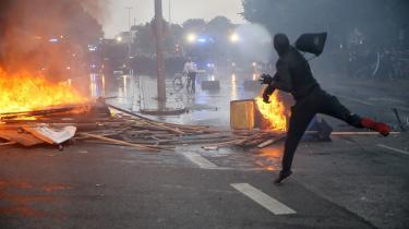Demonstranters hærgen i Hamborg har fået meget opmærksomhed under G20-topmødet. Selvom mange af de lokale indbyggere støtter demonstranternes sag, er de kritiske over for volden. Som Rafael Timmerberg, der har taget en kniv med på gaden til at kunne forsvare sig mod demonstranter.  »Det her finder jeg mig ikke i. Forstå mig ret, jeg sympatiserer med demonstranterne, jeg er selv systemkritisk. Men det her er åndssvagt. Hvad løser de ved at smadre løs?« spørger han.