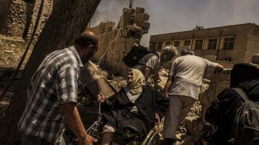 'De rædsler, som befolkningen i Mosul har været vidne til samt alle parters ringeagt for menneskeliv, må ikke gå ustraffet hen,' lyder det fra Amnesty International, som mener, at der bør etableres en uafhængig kommission, der kan undersøge drab på civile begået af alle parter i konflikten. På billedet ses civile i Mosul, der flygter under et luftangreb.
