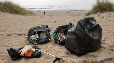 Dagens kronikør har fundet håb vedat samle affald på Danmarks strande.Her er det Newton Beach i det sydlige Wales.