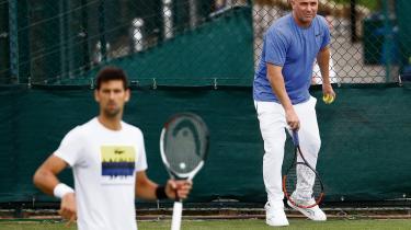 Den tidligere nummer-et på verdensranglisten André Agassi (t.h.) er nyeste navn i rækken af forhenværende stjerner, der træner nye stjerner. Agassi har tilmed valgt at rådgive serbiske Novak Djokovic uden at få penge for det.