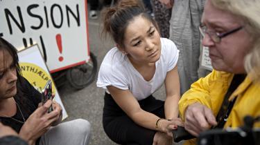 Borgmester Anne Mee Allerslev taler med en borger foran jobcentret på Lærkevej, da der var store protester mandag. Nu viser en undersøgelse, at hver sagsbehandler på centret har 220 sager.