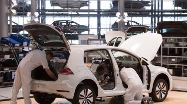 Salget af elbiler stiger kraftigt i Europa. Eksempelvis i Tyskland, hvor salget i første kvartal i år steg med over 100 procent. Her er det medarbejdere i Volkswagen, der samler en e-Golf.