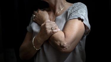 Som konsekvens af sinesmerter har Gitte Jensen blandt andet ikke kunne passe sine børnebørn. 'De er vokset op med, at de ikke må røre bedstemors arme.'