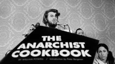 William Powell taler om 'The Anarchist Cookbook' ved en pressekonference i New York i 1971.