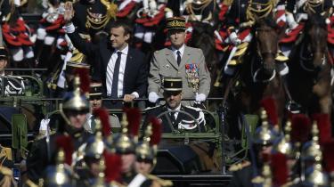Præsident Macron og general de Villiers kører parade på bastilledagen. Nu har hærchefen sagt op og smækket med døren på grund af kommende nedskæringer.