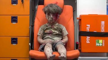 Billedet fra 17. august sidste år af den lille drengOmran Daqneesh blev symbolet på belejringen af Aleppo i 2016. ISyrien er belejring blevet brugt systematisk – ikke mindst af Assad og præsidentens allierede.