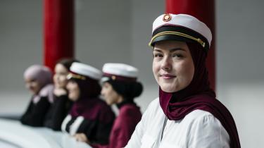 Sofie Finne Bonde er 19 år og opvokset på Nørrebro i København. Hun konverterede som 17-årig. Til efteråret skal hun for første gang stemme til et kommunalvalg, og hun er engageret politisk og går op i bæredygtighed. Engang indførte hun en smiley-ordning i hjemmet, indtil hendes forældre satte sig imod at få en sur smiley, når de kom til at smide brød ud.